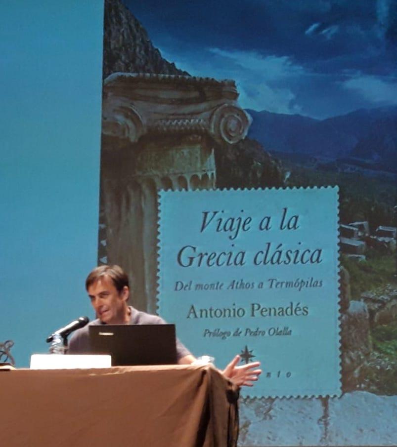 Antonio Penadés en una de las presentaciones de Viaja a la Grecia clásica.